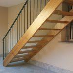 Scala con struttura a fascioni in legno e ringhiera in ferro